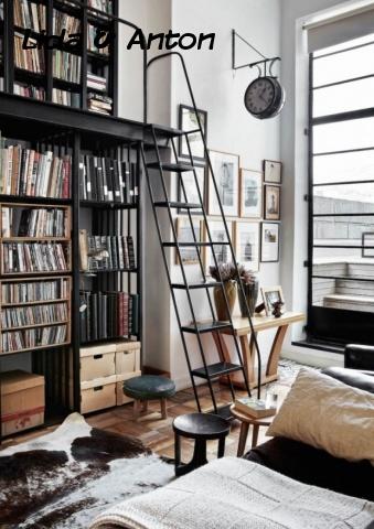 Функциональный стальной шкаф с лестницей. Викторианские часы подчеркивают ощущение общественного места