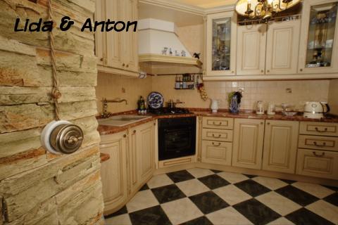 ретро проводка в кухне на стене из дикого камня