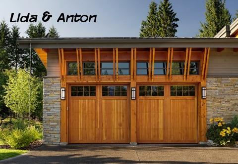 Каменный дом и деревянные ворота в гараж