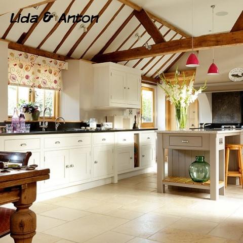Кремовая кухня в стиле кантри с деревянными балками и каменным настилом