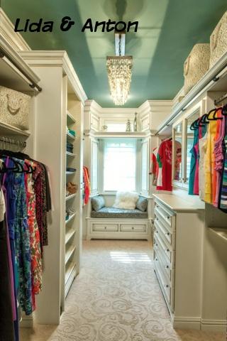 Стильная гардеробная с голубым потолком