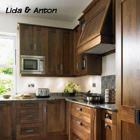 Деревянная кухня и индукционная варочная поверхнось