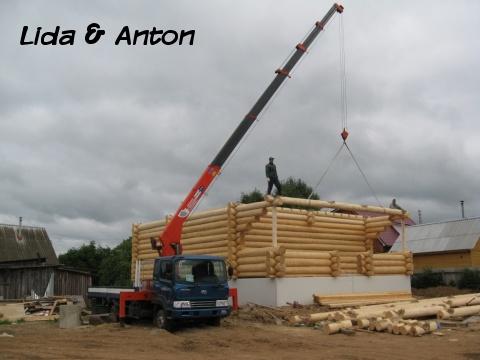 Кран манипулятор строит дом