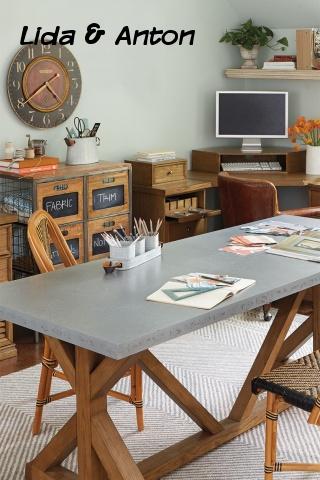 Огромный рабочий стол в кабинете