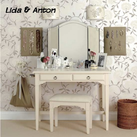 Зеркало и туалетный столик