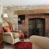 Натуральный камень гостиной с красным ковром